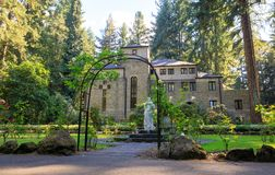 Grota, jest świątynią lokalizować w Madison Południowym okręgu Portland Katolickim plenerowym sanktuarium i, Oregon, Stany Zjedno zdjęcia stock