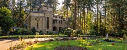 Grota, jest świątynią lokalizować w Madison Południowym okręgu Portland Katolickim plenerowym sanktuarium i, Oregon, Stany Zjedno zdjęcie stock