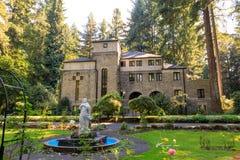 Grota, jest świątynią lokalizować w Madison Południowym okręgu Portland Katolickim plenerowym sanktuarium i, Oregon, Stany Zjedno obrazy stock
