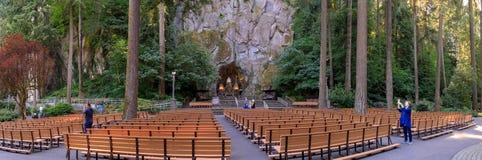 Grota, jest świątynią lokalizować w Madison Południowym okręgu Portland Katolickim plenerowym sanktuarium i, Oregon, Stany Zjedno fotografia royalty free