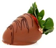 Grote Aardbei die in Chocolade wordt ondergedompeld stock foto