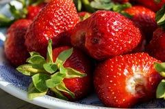 Grote aardbeien op een plaat Royalty-vrije Stock Foto