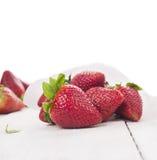 Grote aardbeien op witte houten geïsoleerde lijst, Royalty-vrije Stock Foto's