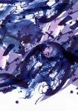 Grote abstracte waterverfachtergrond De levendige blauwe en purpere borstelvlekken uit de vrije hand, stippelt en vlekken in stev Royalty-vrije Stock Foto's