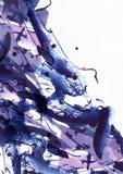 Grote abstracte waterverfachtergrond De levendige blauwe en purpere borstelvlekken uit de vrije hand, stippelt en vlekken op korr Stock Foto's