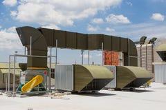 Grote AC HVAC Luchteenheden op dakbovenkant van de bouw royalty-vrije stock fotografie