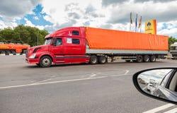 Grote Amerikaanse vrachtwagen op de weg Mening van het autoraam Stock Fotografie