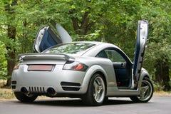 Grote auto in de straat Stock Afbeelding