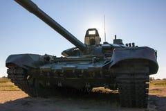 Grote backlit Oorlogs Russische tank t-72, Stock Fotografie