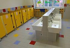 Grote badkamers van een kinderdagverblijf zonder mensen Royalty-vrije Stock Afbeeldingen