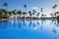 Grote Bahia Principe Hotel Pool op 9 November, 2015 in Punta Cana, Dominicaanse Republiek stock fotografie