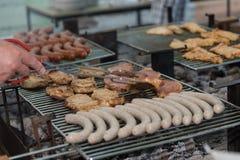 Grote barbecue met vlees en worst - close-up Royalty-vrije Stock Foto's