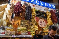 Grote bazaarwinkels in Istanboel stock foto's
