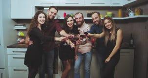 Grote bedrijf van de wijnpartij heeft het thuis een goede tijd zij samen een grote stemming glimlachend het grote kijken rechte p stock video