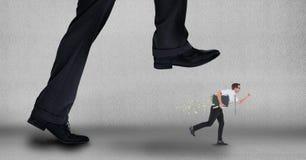 Grote bedrijfsmens die aan stap op een kleine bedrijfsmens proberen Stock Afbeelding