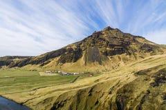 Grote berg onder verbazende blauwe hemel Stock Afbeelding
