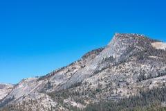 Grote bergen van Tioga-Pas stock afbeeldingen