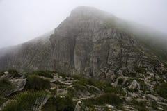 Grote bergpiek in de mist Royalty-vrije Stock Foto