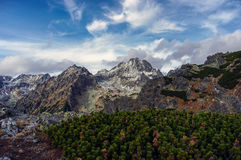 Grote bergpieken in de herfstlandschap Hoge Bergen Tatra Stock Foto