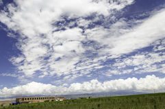 Grote blauwe hemel en witte wolk Stock Foto