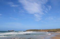 Grote blauwe hemel over Godrevy. stock afbeeldingen