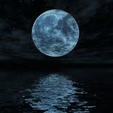 Grote blauwe maan die in waterspiegel wordt weerspiegeld Royalty-vrije Stock Fotografie