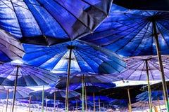 Grote blauwe paraplu op het strand stock afbeeldingen
