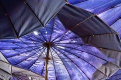 Grote blauwe paraplu op het strand royalty-vrije stock afbeelding