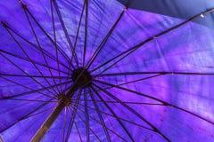 Grote blauwe paraplu op het strand stock afbeelding