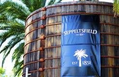 Grote blauwe signage op oude houten vaten bij ingang van Seppeltsfield-wijnmakerij Royalty-vrije Stock Afbeeldingen