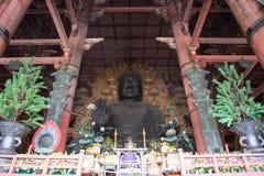 Grote Boedha binnen Daibutsuden in tempel Todai -todai-ji Stock Afbeeldingen