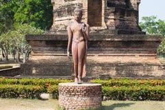 Grote Boedha die in Wat Sa Si Temple in Historisch de Tempelpark van Sukhothai lopen, Sukhothai, Thailand royalty-vrije stock fotografie