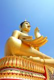 Grote Boedha geeft geluk met blauwe hemelachtergrond Stock Afbeelding