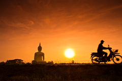 Grote Boedha in Wat Muang in de zonsondergang, Thailand Royalty-vrije Stock Foto's