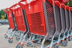 Grote boodschappenwagentjes op een rij stock afbeeldingen