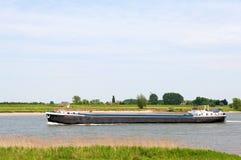 Grote boot bij de rivier Stock Fotografie