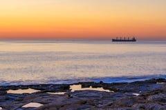 Grote boot bij zonsopgang in het overzees in Mout Royalty-vrije Stock Afbeelding