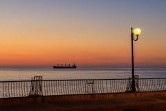 Grote boot bij zonsopgang in het overzees in Mout Stock Foto's