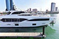 Grote boot in haven in Koeweit stock afbeelding