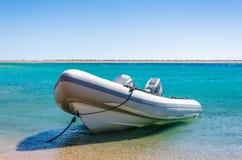 Grote boot met een motor die bij de kust in Egypte wordt gebonden royalty-vrije stock foto's