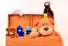 Grote borst met leuk babyspeelgoed, teddies en konijntjes Stock Afbeelding