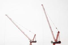 Grote bouwwerf met inbegrip van verscheidene kranen die aan een complex gebouw werken Royalty-vrije Stock Foto