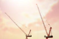 Grote bouwwerf met inbegrip van verscheidene kranen die aan een complex gebouw werken Royalty-vrije Stock Afbeelding