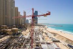 Grote bouwwerf voor een nieuwe die wandelgalerij bij het strand bij de Jachthaven van Doubai wordt gevestigd naast  Royalty-vrije Stock Afbeelding
