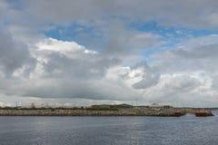 Grote brandstoftanks in commerciële haven van Galway, Ierland Stock Fotografie