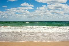 Grote brekende Overzeese golf op een zandig strand op de kust van Sozopol in Bulgarije royalty-vrije stock foto's