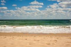 Grote brekende Overzeese golf op een zandig strand op de kust van Sozopol in Bulgarije royalty-vrije stock fotografie
