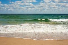 Grote brekende Overzeese golf op een zandig strand op de kust van Sozopol in Bulgarije royalty-vrije stock foto