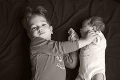 Grote broer en babyzuster Stock Foto