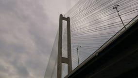 Grote brug over de rivier De architecturale bouw verbindend de twee banken van de stad Massieve structuur Een vrachtwagen is stock video
